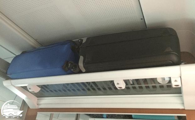 Koffer in der Ablage im Bahnabteil