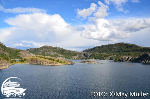 Blick vom Hurtigruten Schiff auf die Landschaft.