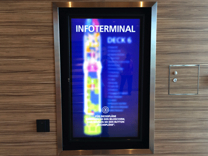 Bildschirm mit digitalem Deckplan bei AIDA im Treppenhaus
