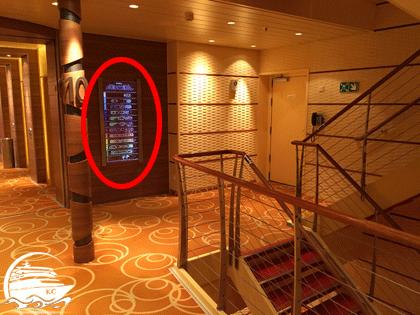 AIDA Deckplan in Form einer großen Übersichtstafel im Treppenhaus.