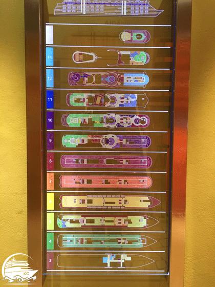 AIDA Deckplan in Form einer großen Übersichtstafel aus Plexiglas