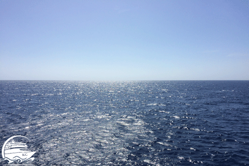 Blick vom Schiff auf die See: Heute kein Seegang im Mittelmeer... ;-)