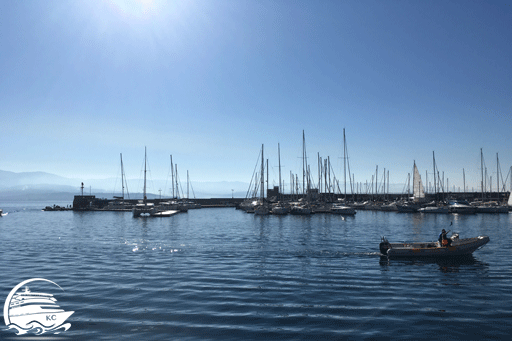 Blick auf Segelboote im Hafen bei Sonnenschein im Mittelmeer