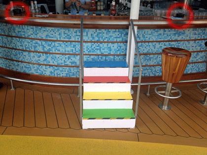Kindertreppe an der Poolbar direkt neben den Aschenbechern