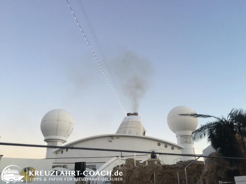 Die Abgase sind deutlich sichtbar - aber weit von dickem, schwarzen Rauch entfernt.