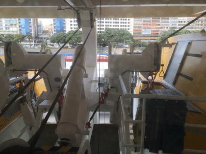 Blick aus der Kabine, vor der ein Rettungsboot hängt.