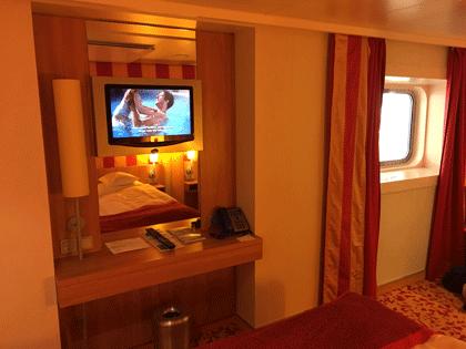 Blick auf Fernseher und das Fenster