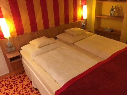 Blick auf das Doppelbett