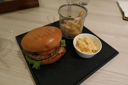 Burger mit Pommes und Coleslaw Salat