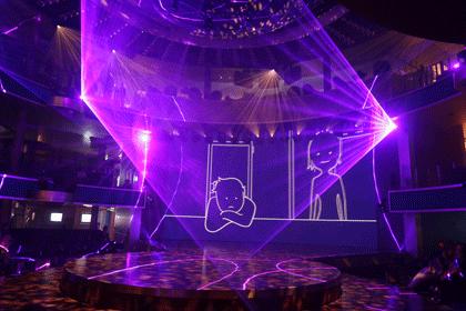 Blick auf die Bühne im Theatrium während einer der Lasershows