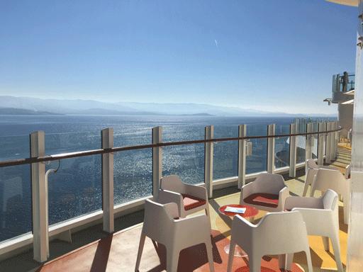 Blick vom Deck auf das Meer.