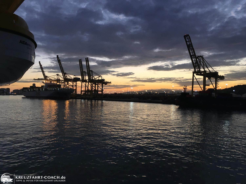 Blick vom Schiff auf den Hafen am Abend