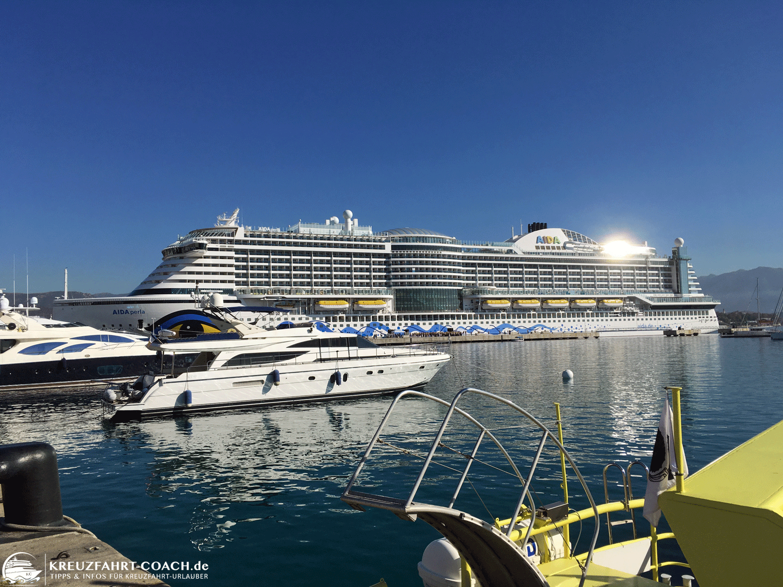 AIDAperla im Hafen auf Korsika
