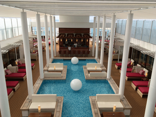 Blick auf das Patio Deck mit Wasserfläche, Bar und Liegen.