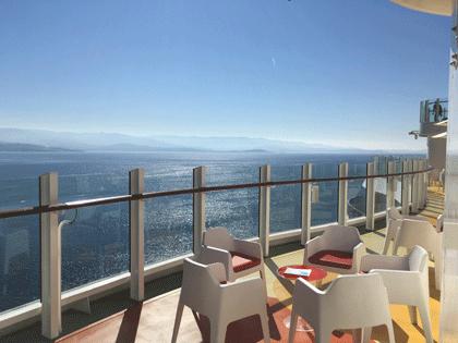 Blick auf das Meer vom Außenbereich von AIDAperla aus.