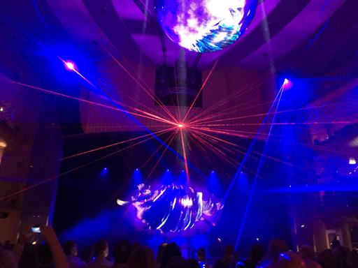 Laser- und Lichtshow im Theatrium auf AIDAperla.