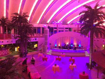 Beachclub auf AIDAperla mit Beleuchtung