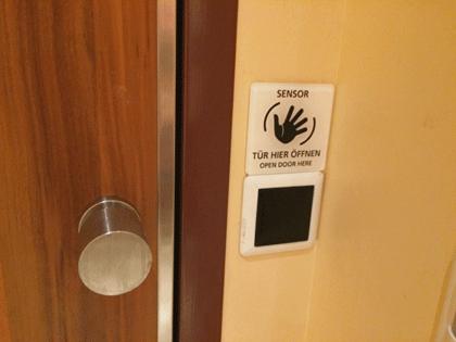 Berührungsloser Türöffner zum WC auf AIDAprima