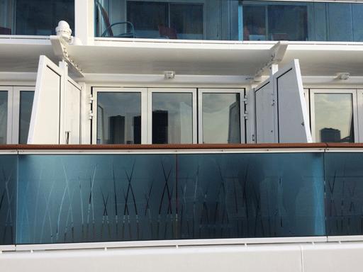 Blick vom Lanaideck auf den Balkon einer Kabine auf Deck auf AIDAprima.