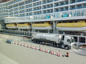 Über einen Tanklastzug kann AIDAprima im Hafen mit LNG betrieben werden.
