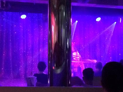 Säule versperrt Blick auf die Bühne im Nachtclub Nightfly auf AIDAprima