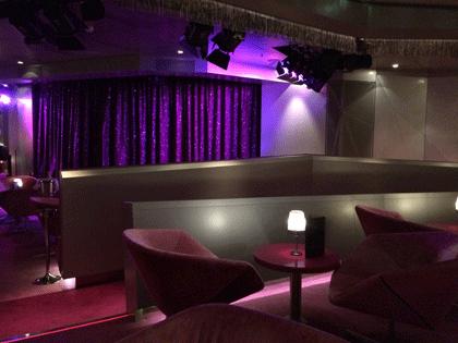 Blick auf die Bühne im Nachtclub Nightfly auf AIDAprima