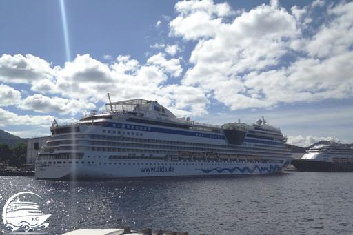 Blick vom Ausflugsboot auf das Kreuzfhartschiff AIDAsol im Hafen von Bergen.