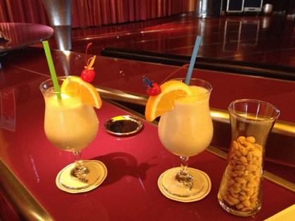 2 alkoholfreie Cocktails auf dem Tresen an der AIDA Bar