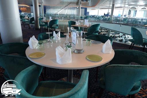 Blick auf den gedeckten Tisch.