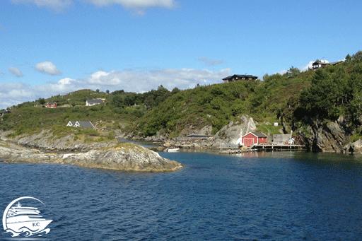 Blick vom Ausflugsboot auf die Lanschaft am Fjord.