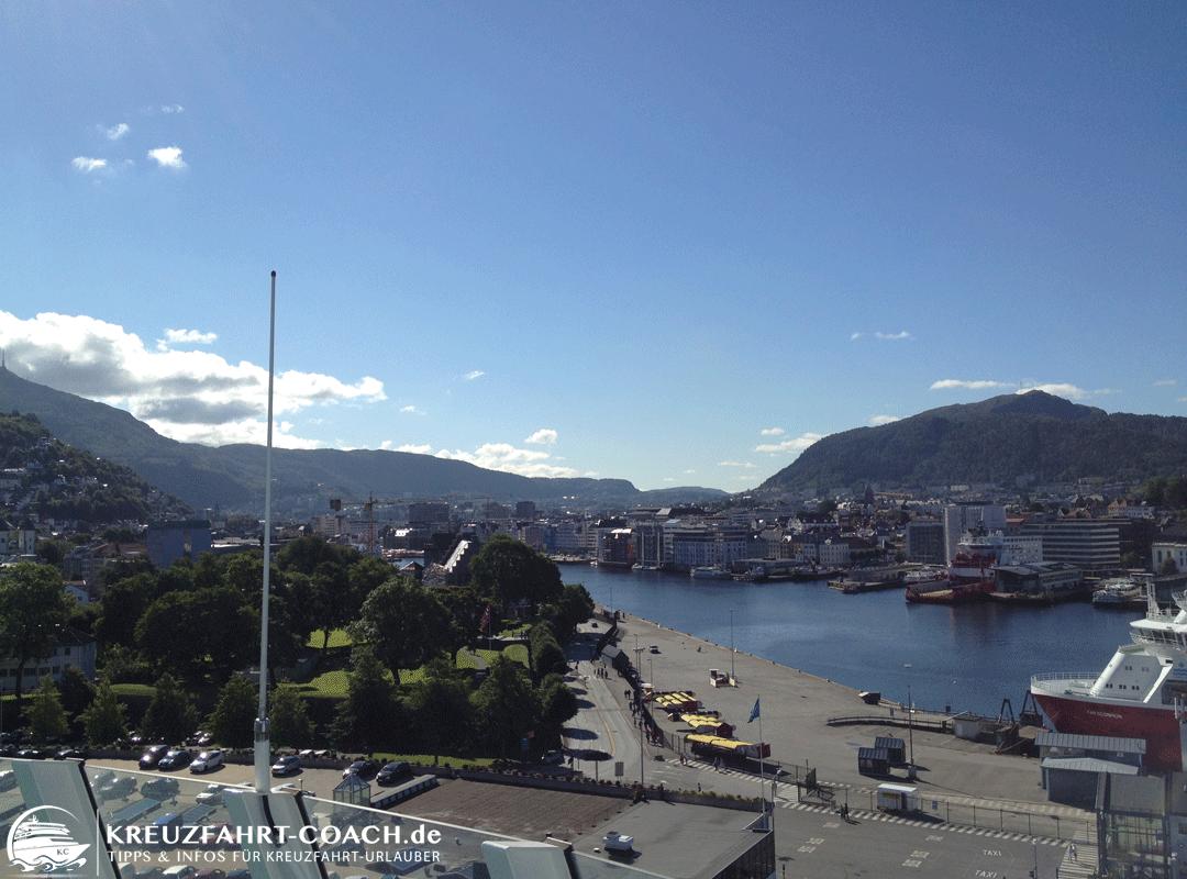 Blick vom Kreuzfahrtschiff auf Bergen in Norwegen