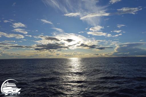 Blick auf das Meer Richtung Horizont vor dem Sonnenuntergang.