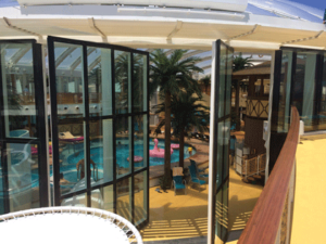 Blick vom Pooldeck in den Beach Club