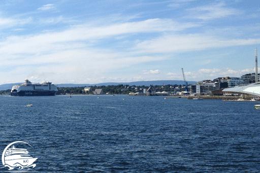 Color Line Fähre auf dem Weg zum Terminal in Oslo