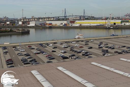 Blick vom Schiff auf den Parkplatz am Kreuzfahrtterminal
