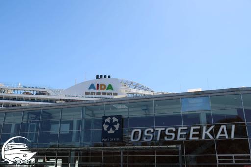 Blick auf den Cruise Terminal Ostseekai Kiel mit AIDA Kreuzfahrtschiff im Hintergrund