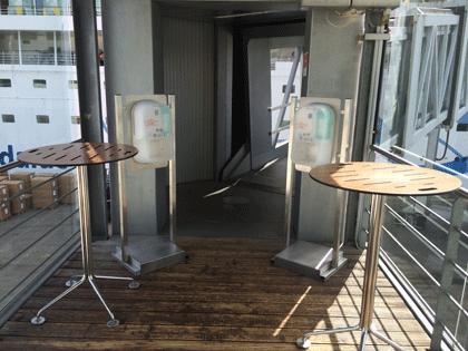 Desinfektionsmittelspender am Zugang zur Gangway