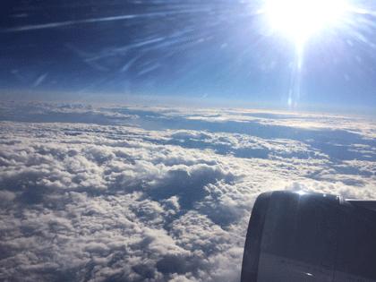 Sicht auf die Wolken aus dem Flugzeug