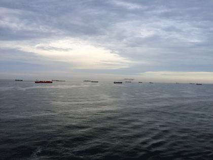 Etwa 15 Frachtschiffe waren von AIDAprima aus auf dem Weg nach Rotterdam zu sehen.