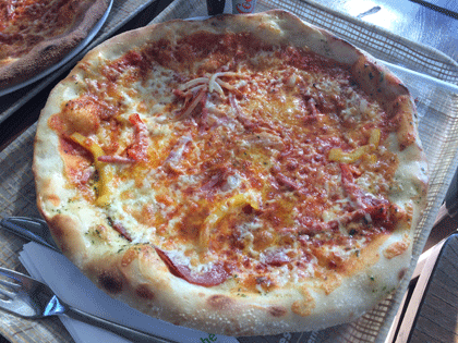 Pizza vom Marche Restaurant am Hamburger Flughafen