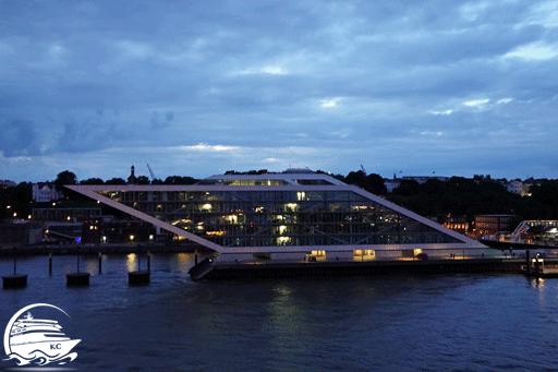 Blick vom Schiff auf das Dockland Gebäude am Abend.