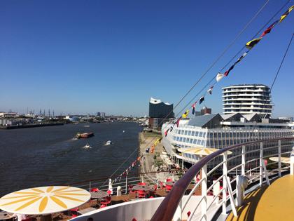 Hamburger Elbphilharmonie vom Schiff aus gesehen