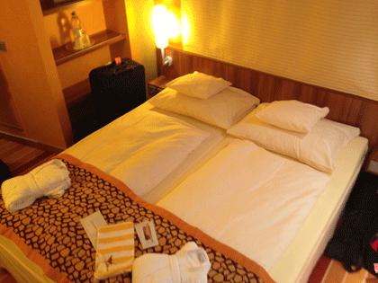 AIDA Schiffsbesichtigung - Doppelbett in der Kabine