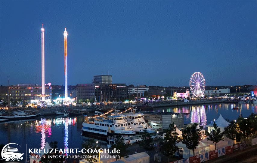 Blick vom Hotel auf die Kirmes der Kieler Woche bei Nacht