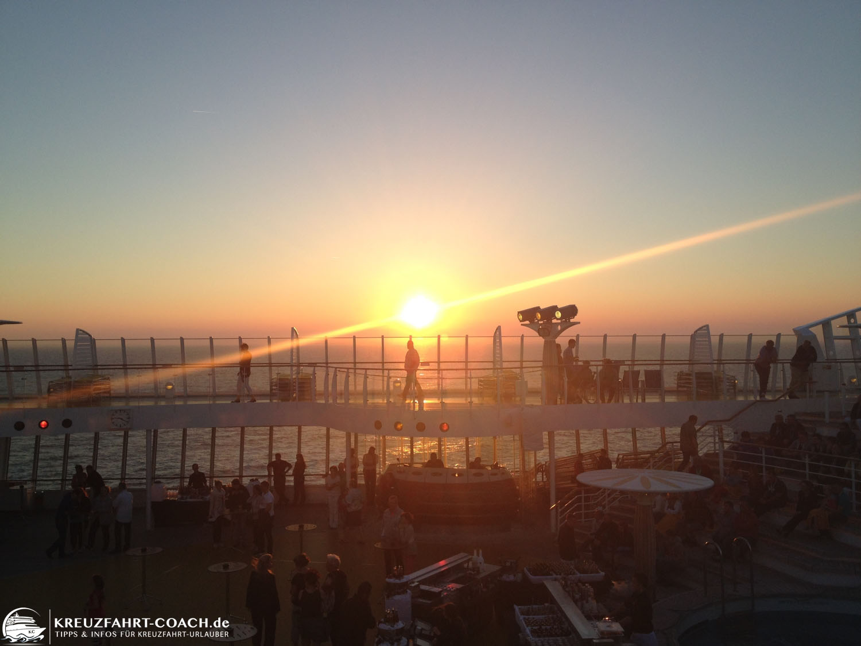 Sonnenuntergang auf dem Pooldeck