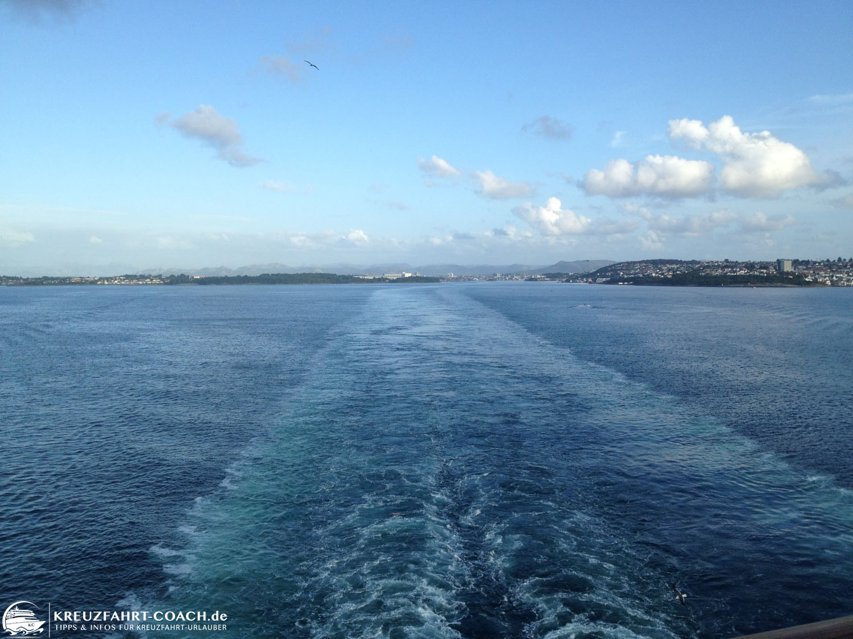 Schiff verlässt den Hafen - Blick nach hinten