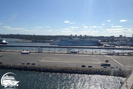 Blick auf Schiffe im Hafen von Tallinn
