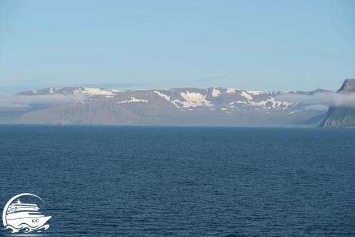 Blick vom Kreuzfahrtschiff auf die Küste von Island