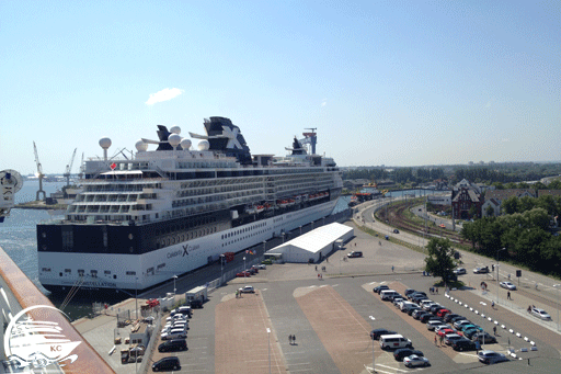Blich auf ein Kreuzfahrtschiff am Warnemünde Cruise Center