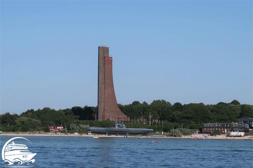 Bilck auf das Marine Ehrenmal Laboe bei Kiel vom Wasser aus während der Hafenrundfahrt